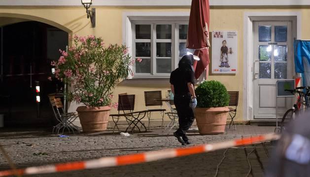 Un policía aleman, en el lugar en el que se ha producido la explosión en Ansbach.