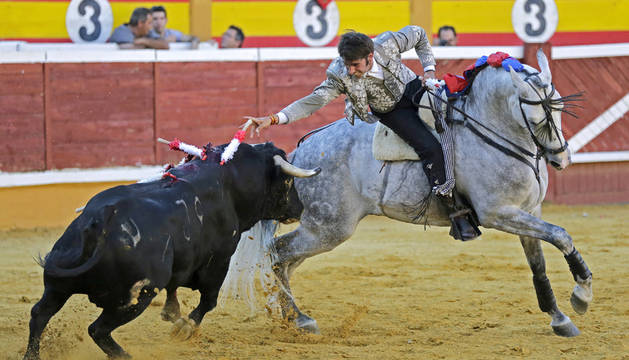 El navarro Roberto Armendáriz durante la lidia a su segundo toro de la tarde en la corrida de toros mixta que se ha celebrado en la Plaza de Toros de Tudela.