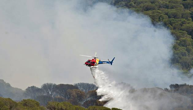 Un helicóptero trabaja en las labores de extinción del incendio que se ha declarado en Blanes.