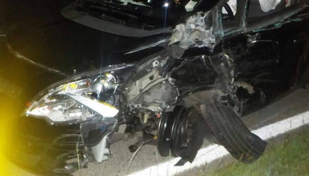 Imagen del estado en el que quedó el vehículo tras embestir al camión.