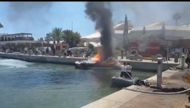 Un nube de humo sale de la embarcación que se ha quemado en la explosión.
