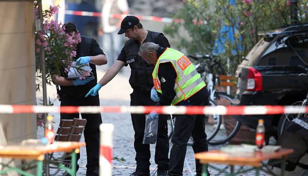 Policías inspeccionan el lugar donde el refugiado se inmoló en Ansbach.