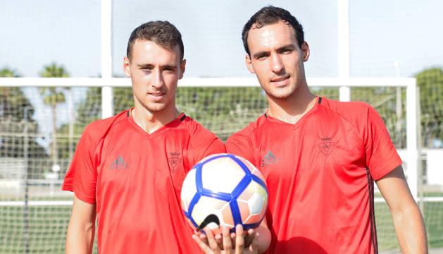 Imanol y Unai García posan en la foto en los campos de entrenamiento donde Osasuna está realizando la pretemporada.