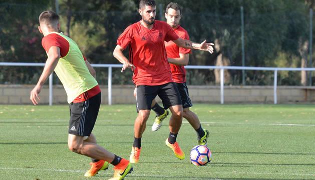 Fran Merida lleva el balón durante el entrenamiento.