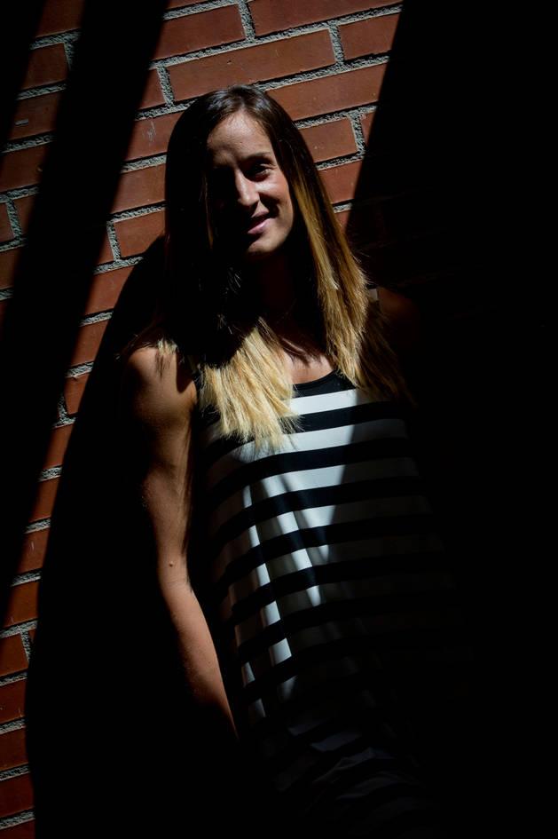 La jugadora pamplonesa de balonmano Nerea Pena, que vivirá sus primeros Juegos en Río, posa en el polideportivo de Azpilagaña, cerca de donde reside.