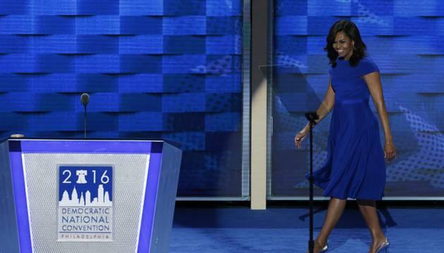 Michelle Obama conmueve y Sanders apasiona por la unión en torno a Clinton