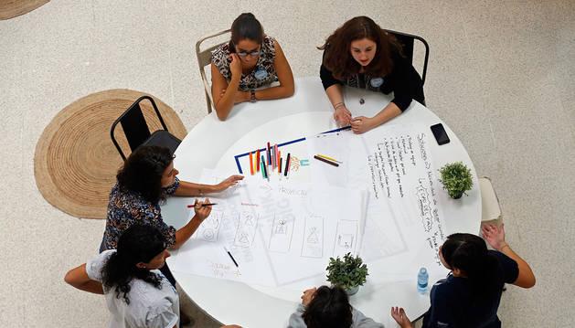 Varios jóvenes, en un taller de emprendimiento.
