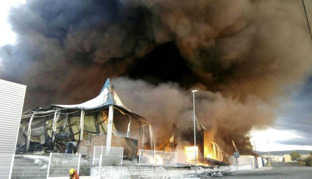 Un incendio en una empresa de plásticos obliga a desalojar a 118 ancianos