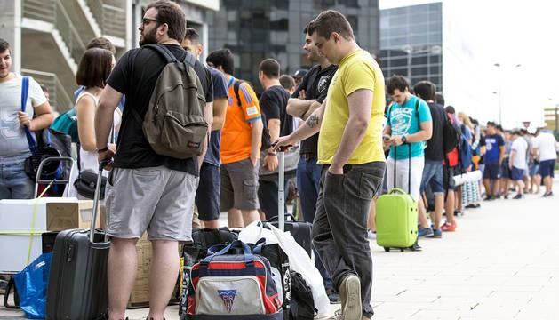 Varios jóvenes hacen cola en la entrada de un festival en Valencia.