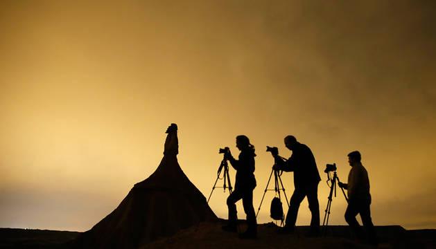 Varias personas practican la fotografía nocturna en las Bardenas.
