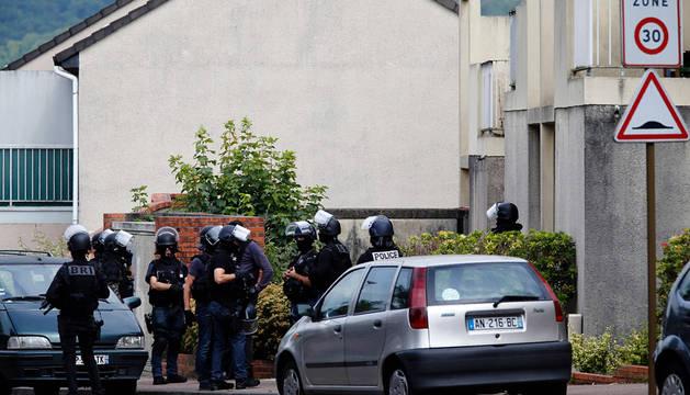 Policías franceses en el exterior de una vivienda en Saint-Etienne-du-Rouvray.