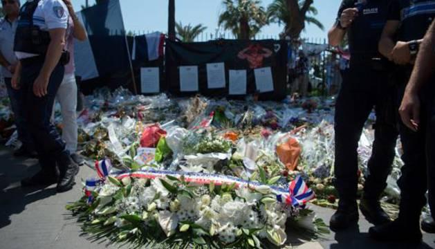 Miembros de la Policía de Niza, en un homenaje a las víctimas.