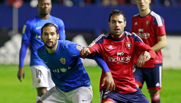 Quique González pugna con Javi Flaño en el partido de la pasada temporada entre Osasuna y Almería.