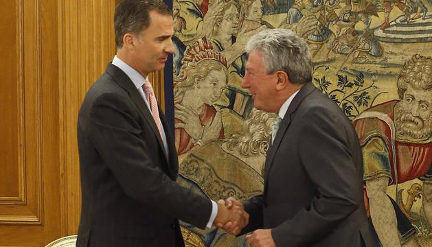 El Rey estrecha la mano a Pedro Quevedo (Nueva Canarias).