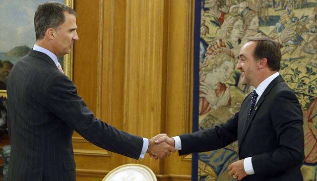 El Rey junto al presidente de Unión del Pueblo Navarro (UPN), Javier Esparza.