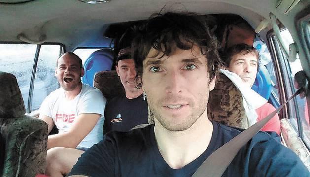 Iglesias, Lizarraga, Maiz y Montero, en el coche todoterreno que ayer les desplazaba hacia Skardú.