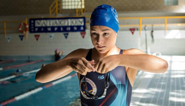 La nadadora júnior, Idoia Romero Goñi, se prepara para entrenar en la piscina cubierta del Club Natación Pamplona.