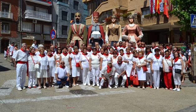 Los jubilados se reunieron en el Rebote con la comparsa de gigantes, los gaiteros y los representantes municipales antes de asistir a la misa en la parroquia.