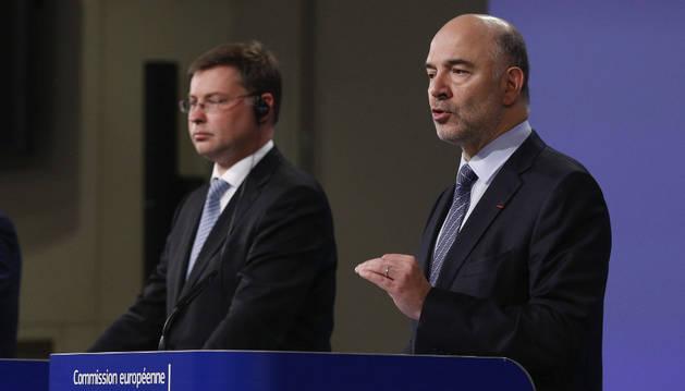 El comisario europeo de Asuntos Económicos y Financieros, Pierre Moscovici, y el vicepresidente para el Euro y el Diálogo Social, Valdis Dombrovskis.
