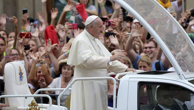 El papa Francisco saluda a los fieles congregados ante el castillo de Wawel durante la Jornada Mundial de la Juventud.