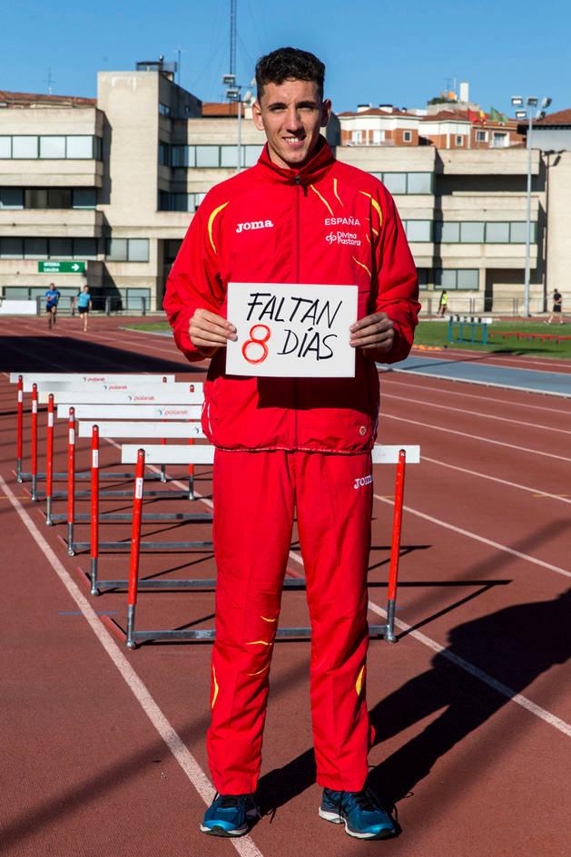 El atleta de Barañáin Sergio Fernández en el estadio de Larrabide, una semana después de conseguir la mínima olímpica, cuando visitó Pamplona. Durante la mayor parte del año reside en Madrid.