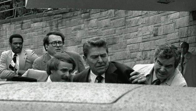 Momento en el que John W. Hinckley disparó al presidente Ronald Reagan.