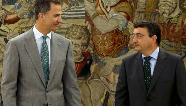 Don Felipe y Aitor Esteban, antes de su entrevista.