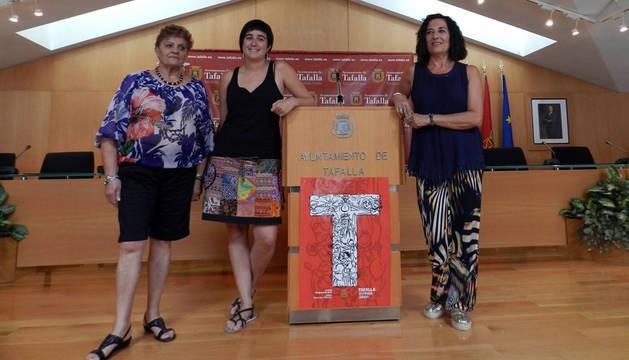 Las concejalas Albina Prieto (PSN), Haizea Lizarbe (EH Bildu), responsable de Festejos; y Soco Ojer (I-E) fueron las encargadas de presentar el programa festivo.