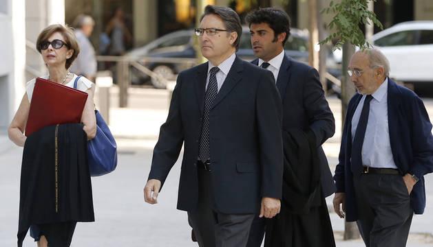 El expresidente de Afinsa Juan Antonio Cano (c) y el exconsejero Albertino de Figuereido (dcha) a su llegada a la Audiencia Nacional.