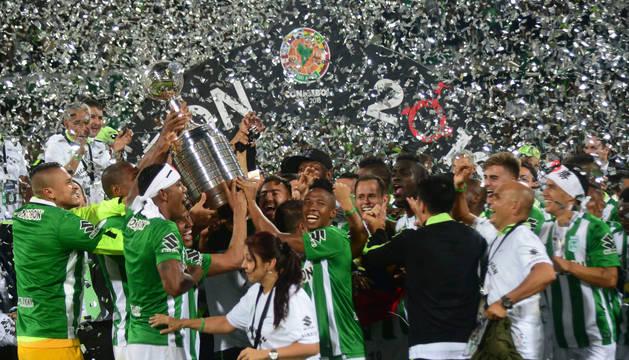 Atlético Nacional recibe el trofeo de campeón de la Copa Libertadores.