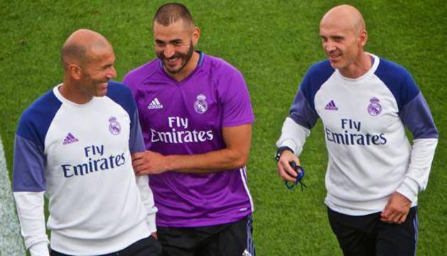 Benzema (d) y Zidane (i), durante un entrenamiento.