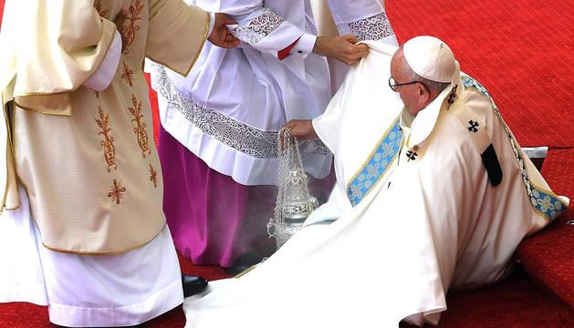 El papa Francisco sufre una caída mientras oficiaba una santa misa en Czestochowa, Polonia.