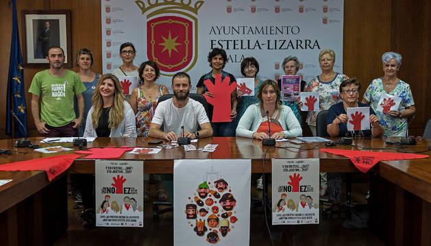 La comisión de Igualdad del Ayuntamiento de Estella ayer en la presentación de la campaña.