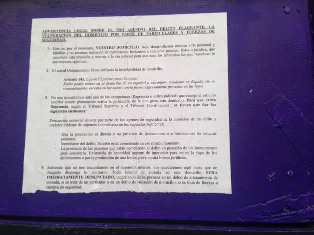 Escrito pegado por los okupas en la puerta del  edificio de Compañía.