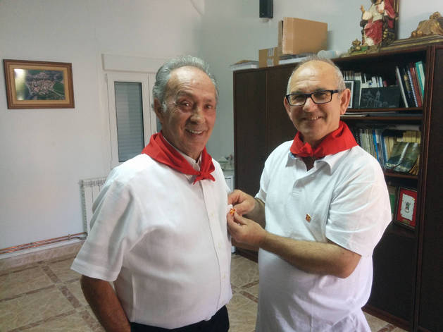 Luciano Juaristi, Atano X, recibe el pin con el escudo del municipio de manos del alcalde, Patxi Díaz de Ilarraza.