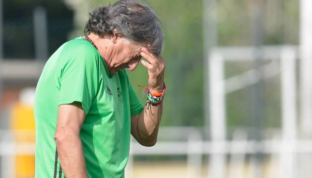 El entrenador de Osasuna, Enrique Martín Monreal, pensativo durante el entrenamiento.