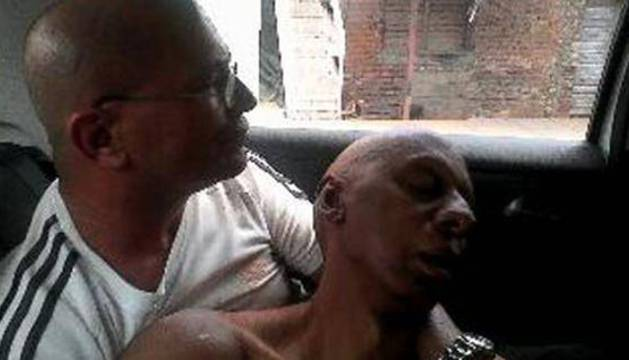 Fotografía cedida que muestra a Fariñas (d), mientras es trasladado por Jorge Luís Artiles Montiel al hospital.