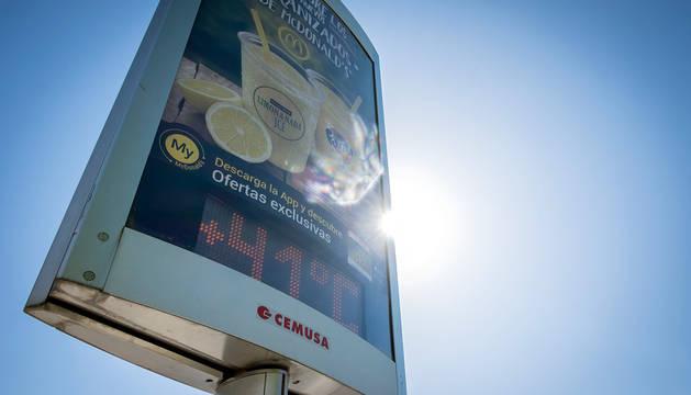 Un termómetro señala 41 grados en el centro de Pamplona.
