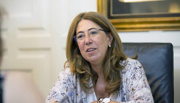 La Delegada del Gobierno, Carmen Alba, en un momento de la entrevista, en su despacho de la sede de la Delegación, en la Plaza de Merindades de Pamplona.