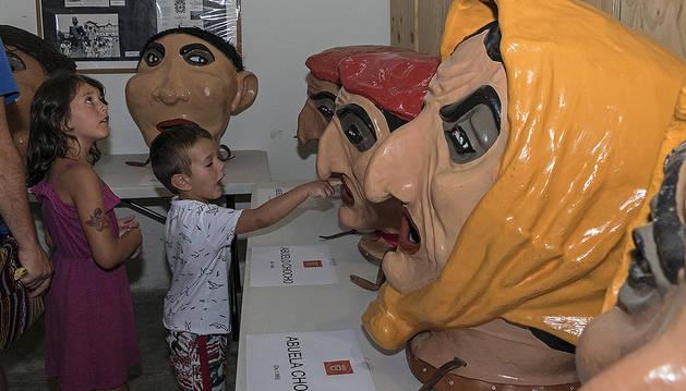 Niños en la exposición de los gigantes y cabezudos de la comparsa.