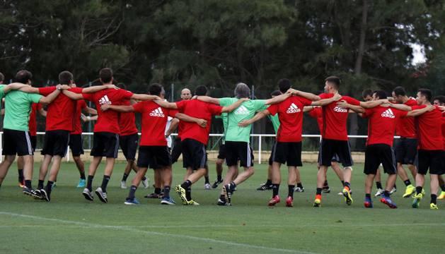 Piña de Osasuna tras el entrenamiento.