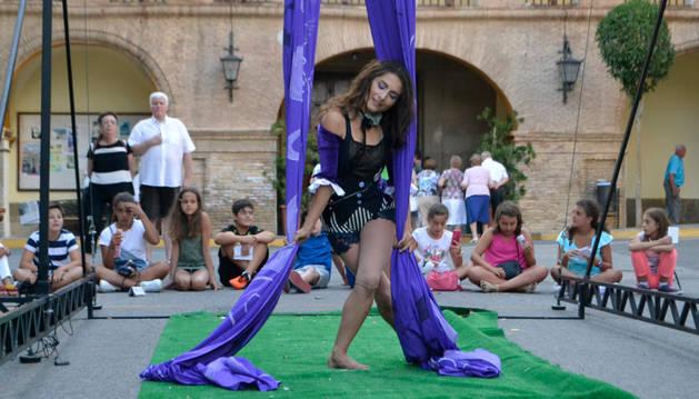 El espectáculo de danza aérea en tela, de la colombiana Laquebaila, junto a la iglesia del Salvador de Azagra.