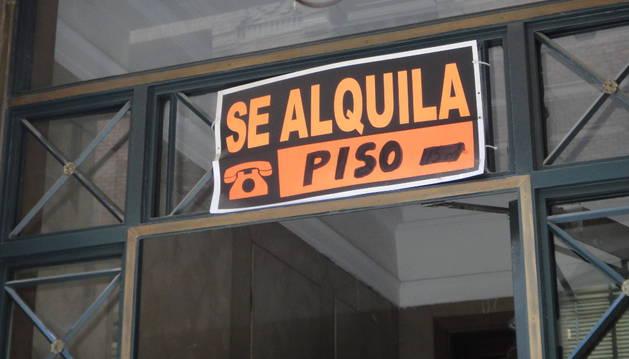 Imagen de un piso con el cartel de 'Se alquila' . Comprar para alquiler es un fórmula de rentabilizar la inversión.