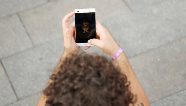 Un joven juega a Pokemon Go en Madrid.