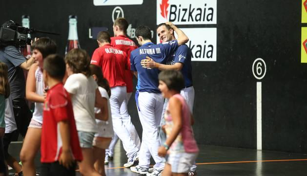Barriola se abraza a Altuna III tras ganar el Cinco y Medio.