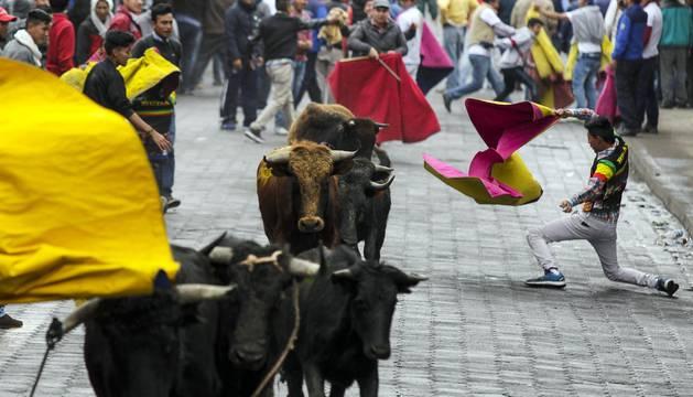 'Pamplonada' en las fiestas de Píllaro (Ecuador)
