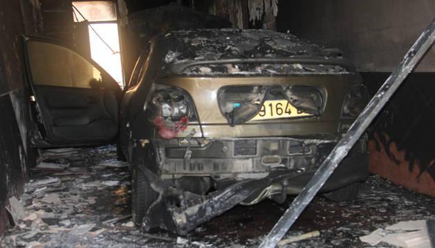 El fuego calcinó el coche que estaba dentro del garaje.