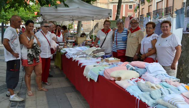 El punto de venta de la ong La Esperanza, ayer en la feria de artesanía, con el misionero Alfredo Marzo.