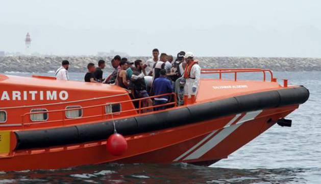 La embarcación de Salvamento Marítimo a su llegada al puerto de Almería.