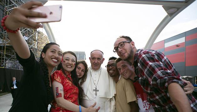 El papa pide a los jóvenes creer en un nuevo mundo sin odios ni barreras